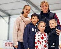 Евгений Плющенко подарил коньки детям
