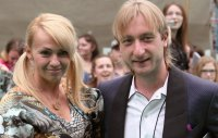 Евгений Плющенко и Яна Рудковская установили у себя во дворе золотую ванну